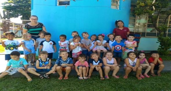 Crianças Maternal II do CMEI realizam plantio de mudas de alface