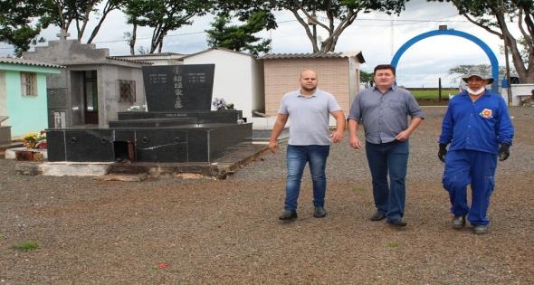 Visita ao cemitério municipal