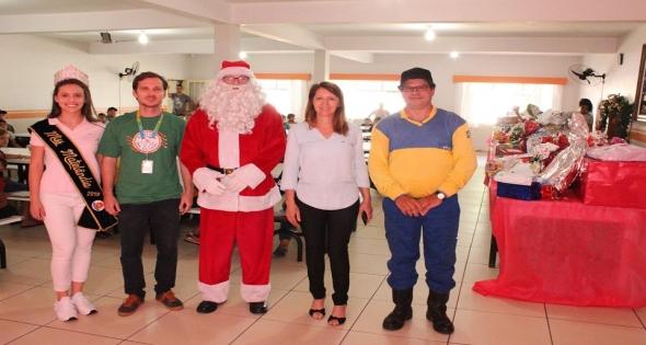 Entrega dos presentes das cartinhas do Papai Noel dos Correios.