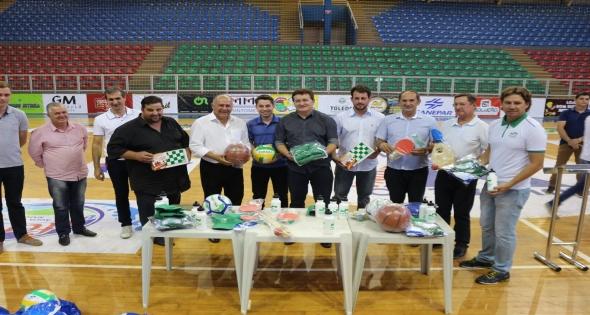 Programa Paraná mais esporte entrega Kits Esportivos