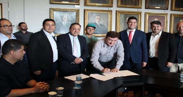 Prefeito Teixeirinha assina convênio com deputados