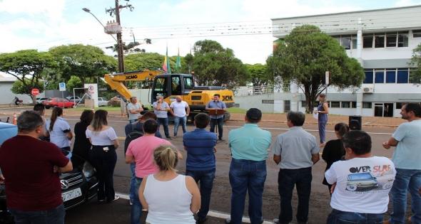 Matelândia recebe nova Retroescavadeira hidráulica