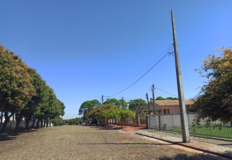 Obras de implantação de 40 postes e a instalação elétrica de baixa tensão na Sede, Agro Cafeeira e Vila Esmeralda são realizadas.